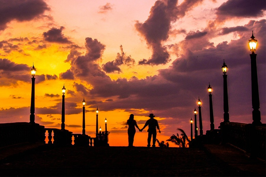 Rustic setting and glorious sunset create romance in the air (Photo courtesy of Las Casas Filipinas De Acuzar)